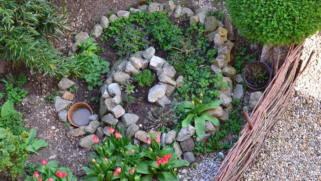 Garten-Fibel - Magazin - selbst gebaute Kräuterspirale aus Steinen