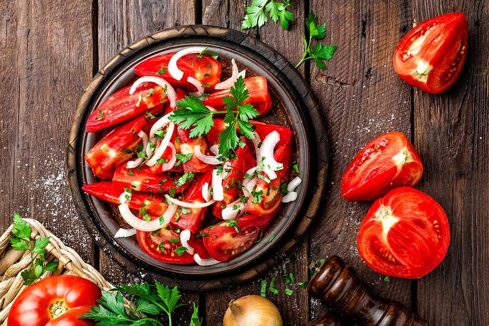Wohlschmeckender frischer Tomatensalat mit Zwiebeln und Kräutern